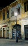 Uitstekende straat bij nacht in Boekarest Stock Fotografie
