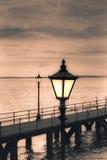 Uitstekende straatlantaarn op de kust Stock Afbeelding