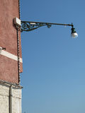 Uitstekende straatlantaarn op muur Royalty-vrije Stock Foto's