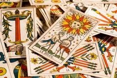 Uitstekende tarotkaarten die wanordelijk liggen royalty-vrije stock afbeelding