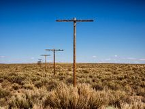 Uitstekende telefoonmasten die van hout in Route 66 in Arizona worden gemaakt Stock Foto's