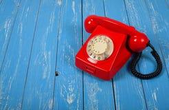 Uitstekende Telefoons - Rode retro telefoon Stock Foto's