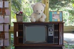 Uitstekende Televisie of oude retro TV in woonkamer stock afbeeldingen