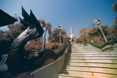 Uitstekende Thaise kunst op trap aan Gouden Pagode in Wat Pa Phu Kon Royalty-vrije Stock Afbeeldingen