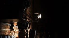 Uitstekende theaterschijnwerper op bakstenen muur stock footage