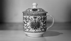 Uitstekende theekop in zwart-wit stock foto