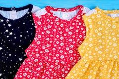 Uitstekende toevallige baby-meisje kleren royalty-vrije stock afbeeldingen