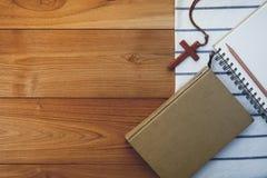 Uitstekende toon van houten Christelijke dwarshalsband op heilige Bijbel Stock Afbeeldingen