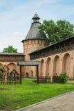 Uitstekende toren en muur in klooster spaso-Evfimiev in Suzdal r Royalty-vrije Stock Afbeelding
