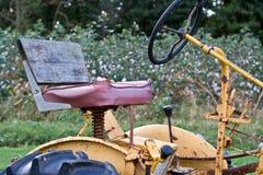 Uitstekende Tractor door Cottonfield Stock Fotografie
