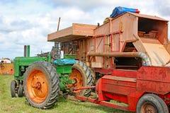Uitstekende tractor en dorser royalty-vrije stock foto's