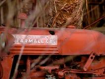 Uitstekende tractorzitting in een schuur stock foto