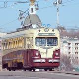 Uitstekende tram op de centrale stadsstraat Royalty-vrije Stock Afbeeldingen