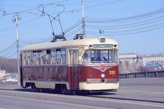 Uitstekende tram op de lege stadsstraat Royalty-vrije Stock Afbeelding