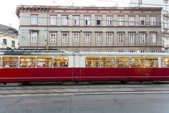Uitstekende tram in Wenen in motie Royalty-vrije Stock Foto's