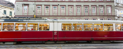 Uitstekende tram in Wenen in motie Stock Afbeelding