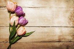 Uitstekende Tulpen op Houten Lijst Royalty-vrije Stock Foto's
