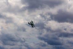 Uitstekende tweedekker met de open hoogte van cockpitaanwinsten bij airshows stock afbeeldingen