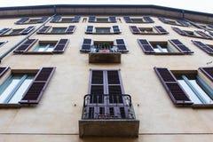 Uitstekende vensters met blinden over gele muur Stock Afbeelding