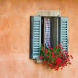 Uitstekende vensters met open houten blinden Stock Foto's