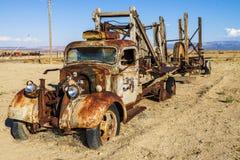 Uitstekende verlaten vrachtwagen stock afbeeldingen