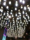 Uitstekende Verlichtings gloeilampen die van het plafond hangen Mooie retro luxe royalty-vrije stock afbeeldingen