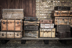 Uitstekende verticaal gestapelde leerkoffers - Spreewald, Duitsland stock foto's