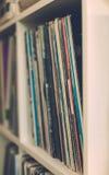Uitstekende vinyl lange speelrij 33 op plank Stock Afbeelding