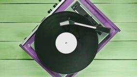 Uitstekende vinylspeler op een blauwe houten achtergrond Hoogste mening Retr stock afbeeldingen
