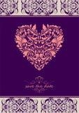 Uitstekende violette uitnodiging met vorm van het onate de bloemenhart vector illustratie
