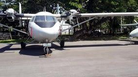 Uitstekende vliegtuigen bij Koninklijk Thais Luchtmachtmuseum stock videobeelden