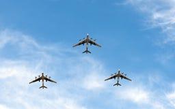 Uitstekende vliegtuigen die in vorming vliegen Stock Foto's