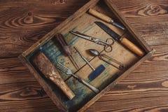 Uitstekende voorwerpen op houten uitstekende concept en Plattelander als achtergrond Stock Foto's