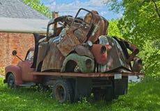 Uitstekende vrachtwagen met oude autodelen stock foto