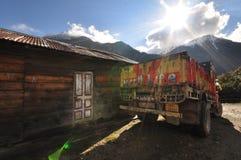 Uitstekende vrachtwagen op de weg bij Lachen-Dorp, Noord-Sikkim, India vanaf 14 April, 2012 Stock Afbeelding