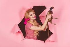 uitstekende vrouw met vlees van pluimvee De vakantie en de poppen van Halloween Creatief idee Vogelgriep Grappige reclame Gek mei royalty-vrije stock afbeelding