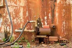 Uitstekende Waterturbogenerator op Oude Natte Baksteen - Beschimmeld Gepeld stock afbeelding