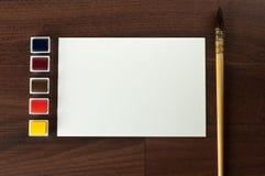 Uitstekende waterverfverf die met leeg document wordt geplaatst. royalty-vrije stock afbeeldingen