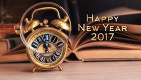 Uitstekende wekker die tijd tonen door vergrootglas, tekst Royalty-vrije Stock Afbeelding