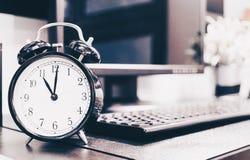 Uitstekende wekker met de achtergrond van PC van de computerdesktop, wijnoogst Stock Fotografie