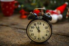 Uitstekende wekker op Kerstmisachtergrond Royalty-vrije Stock Foto's