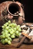 Uitstekende wijn en gebroken brood royalty-vrije stock afbeeldingen