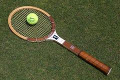 Uitstekende Wilson Cris Evert-tennisracket en het Tennisbal van Slazenger Wimbledon op de grastennisbaan Royalty-vrije Stock Foto