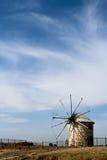 Uitstekende windmolen in Middellandse-Zeegebied stock fotografie