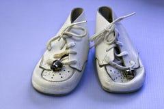Uitstekende witte babyschoenen Royalty-vrije Stock Foto's