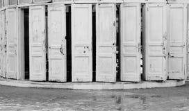 Uitstekende witte deuren Royalty-vrije Stock Afbeeldingen