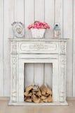 Uitstekende witte open haard met brandhout royalty-vrije stock afbeeldingen