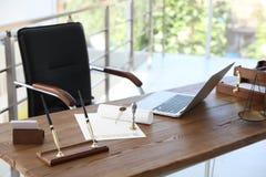 Uitstekende zegel, documenten en laptop op bureau stock fotografie