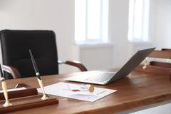 Uitstekende zegel, laptop en documenten op bureau royalty-vrije stock afbeeldingen