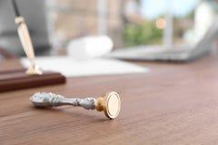 Uitstekende zegel op bureau in het bureau van de notaris stock afbeelding